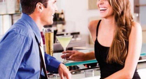 Las 10 señales que emiten las mujeres cuando les gusta un hombre