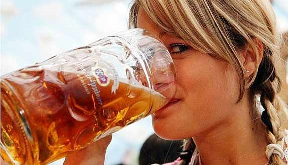 ¿Por qué tomar alcohol hace ver más atractivas a las personas?