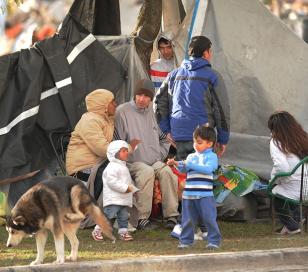 """Unas 90 personas acampan frente al asentamiento: """"No tenemos a donde ir"""""""