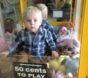 Bebé queda atrapado en máquina de peluches
