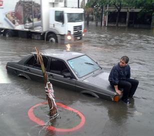 Temporal: Su auto quedó bajo agua y se quedó a cuidarlo