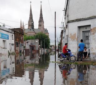 Luján: el agua sigue subiendo