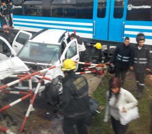 Tren arrolló a camioneta que habría cruzado con barrera baja en Haedo