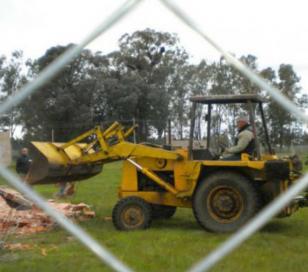 Demolió las viviendas que allí se construían porque decía que el terreno era suyo