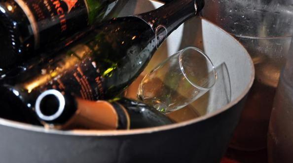 Chicas se desnudan a cambio de alcohol en un boliche