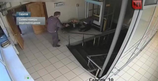 Video: Montacargas le aplasta la cabeza a una mujer distraída