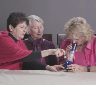 Mirá la reacción de 3 abuelas fumando marihuana por primera vez