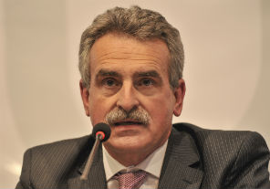Rossi condecora a Jorge Burgos Varela, ministro de Defensa de Chile