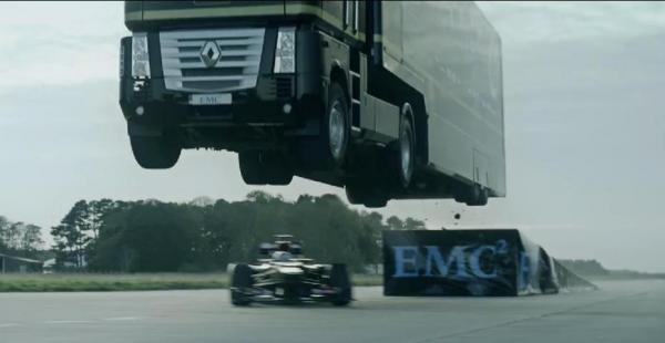 Video: Un camión salta por encima de un Fórmula 1