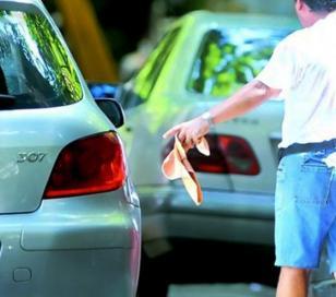 """Un """"trapito"""" y al menos dos """"motochorros"""" le robaron a un automovilista"""