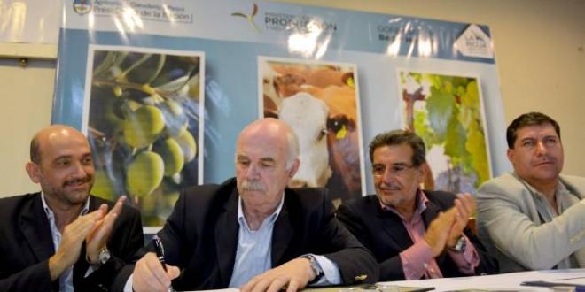 Entregan aportes por más de 18 millones de pesos para productores rurales de La Rioja