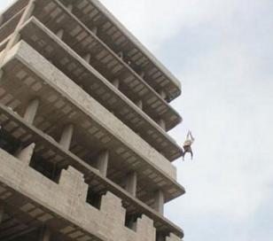 Aberrante: Lo arrojan de edificio por gay, sobrevive y lo matan a pedradas