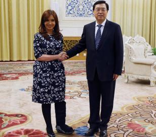 Cristina Kirchner regresa de China sin silla de ruedas