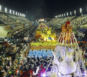 La lluvia torrencial no detuvo el carnaval en Rio de Janeiro