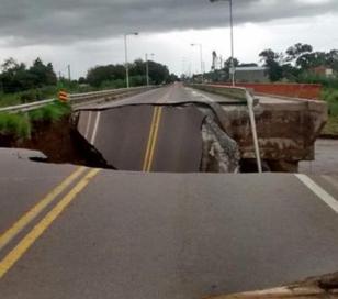 El temporal derrumbó un puente en la ruta 9 en Córdoba