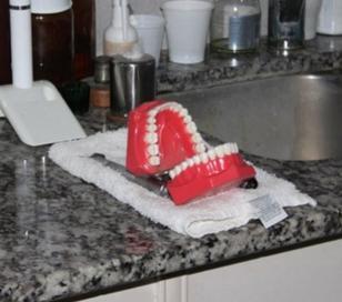 """Roban a odontólogo y le dejan dentadura postiza """"riéndose"""""""