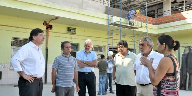 Sileoni supervisó el avance de obras en una escuela