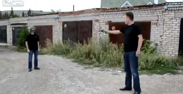 Video: Le dispara a su amigo en la cabeza, para probar un casco