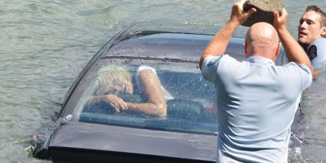 Espectacular rescate de una mujer que se ahogaba en su auto en el río