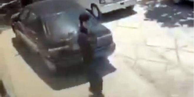 Video: Camina por la calle y se le cae un aire acondicionado en la cabeza