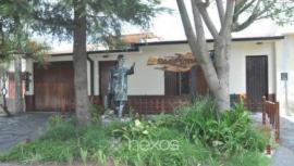 Jubilada hizo esculpir su propia estatua y la puso frente a su casa