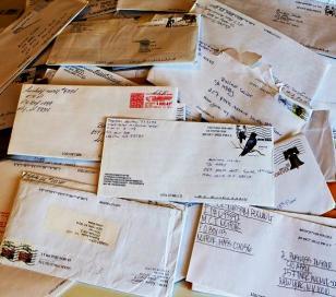 Encuentran 7000 cartas sin repartir en la casa de un cartero