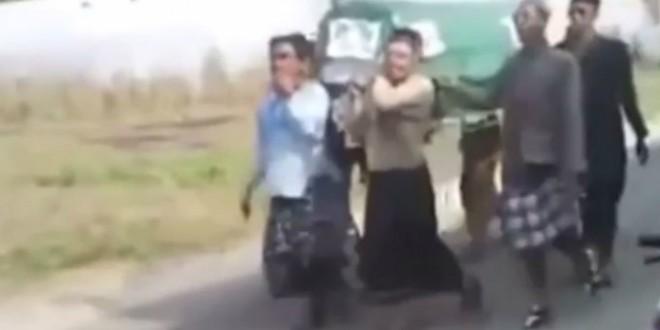 Video del día: Cargaban el cajón y se les cayó el cuerpo en pleno entierro