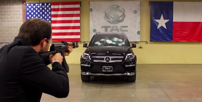 ¿Qué pasa si disparamos a un Mercedes con una AK-47?