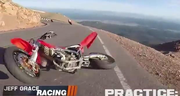 Video: piloto choca contra una moto que cae del cielo