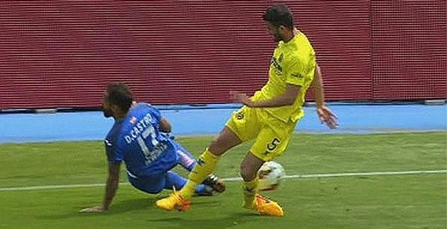 Video: Terrible fractura expuesta de un defensor en pleno partido de fútbol