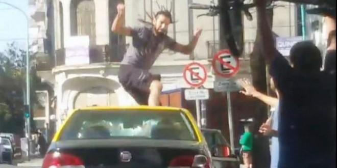 Ciclista enfurecido se trepó al techo de un taxi y lo rompió a patadas
