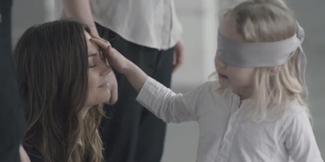 Video: Vendan Los Ojos A Niños Para Ver Si Pueden Reconocer A Sus Madres. Mira el resultado