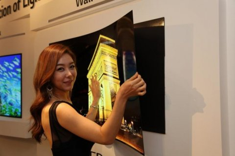 Una TV flexible que se adhiere a la pared com imanes