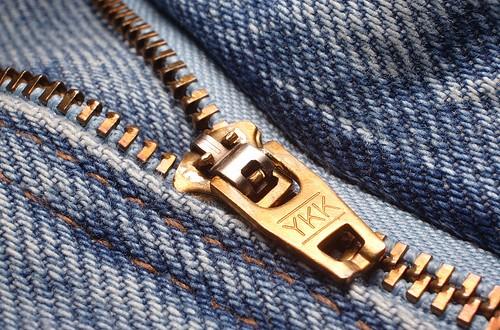 Qué significa la sigla YKK en el cierre de tu pantalón