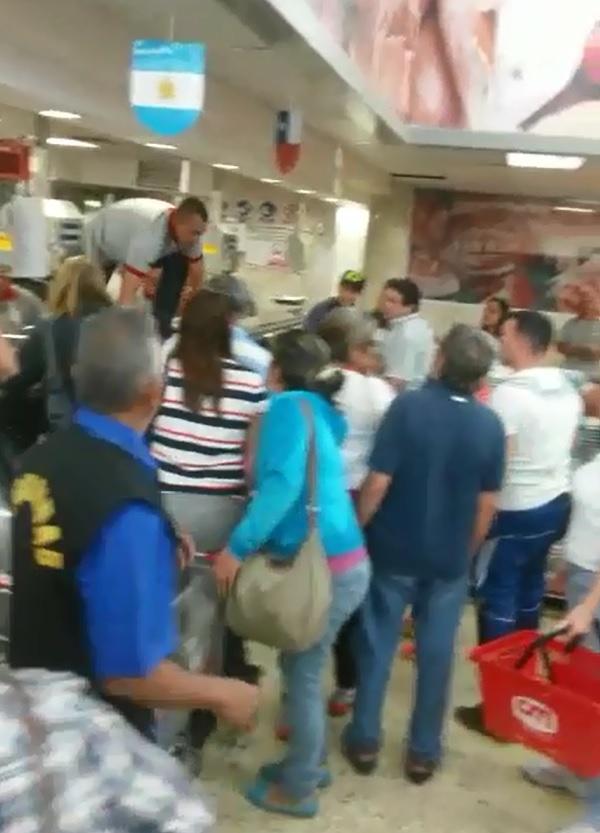 Video: Batalla campal cuando llegó la carne a un supermercado de Venezuela