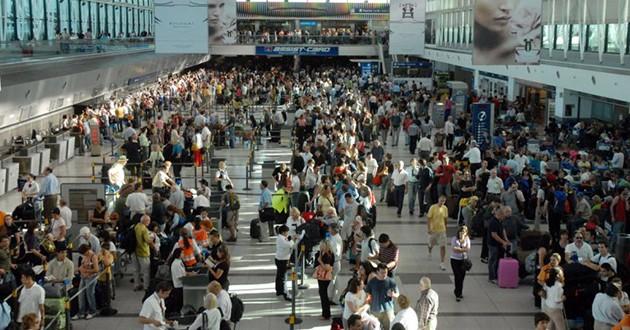 Caos total en Ezeiza por demoras en los vuelos de Aerolíneas Argentinas