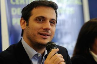 Julián Álvarez lanza su precandidatura a intendente de Lanús por el FpV