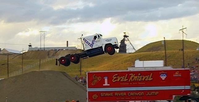 Video: Saltó 50 metros en un camión
