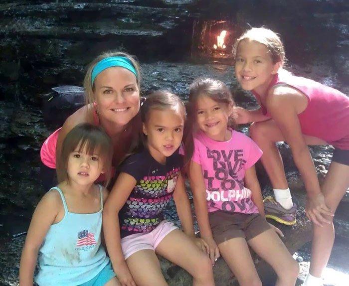 Su mejor amiga murió de cáncer y ella adoptó a sus 4 hijos