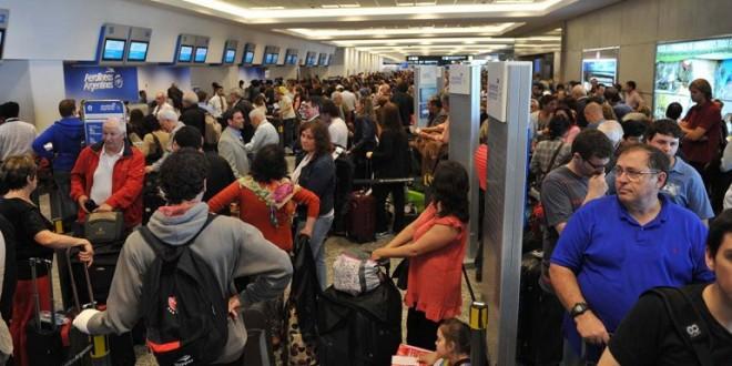 Escándalo: Aerolíneas Argentinas canceló más de 100 vuelos y ofrece u$s400 por cada pasaje sobrevendido a EEUU