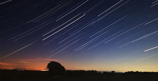 Esta noche, una doble lluvia de estrellas con estelas permanentes iluminará el cielo