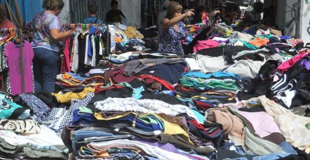 ¿De dónde viene la ropa usada que venden barata en las ferias?