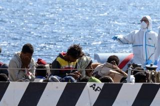 Localizaron a 18 barcos navegando a la deriva frente a las costas de Libia