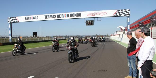Competencia de motos clásicas 800 Km con la Marca País Argentina