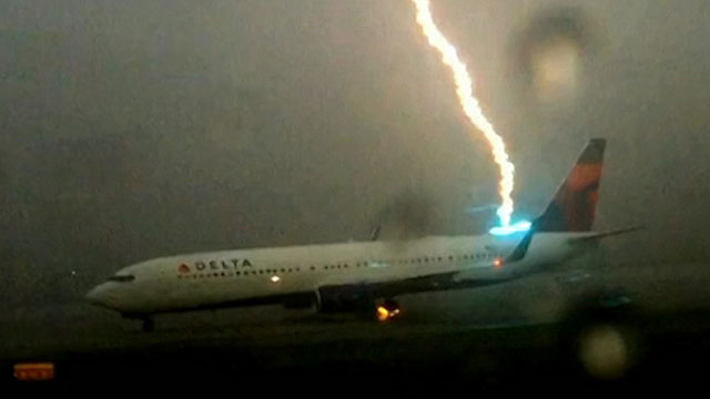 Un Rayo cae sobre un avión1