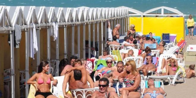 Alquilar una carpa en la costa este verano costará un 25% más caro
