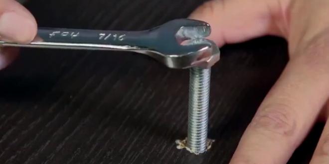 Cómo aflojar o apretar un tornillo cuando no tenemos la herramienta adecuada