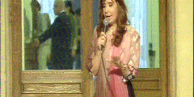 """Cristina convocó a la reflexión de los argentinos al destacar que en noviembre """"tenemos que elegir continuar con un modelo de país"""""""
