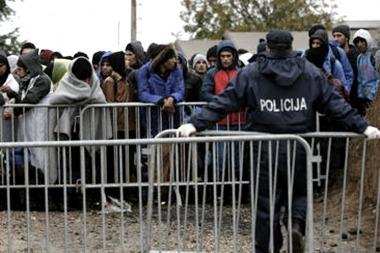 Macedonia, Eslovenia y Serbia cierran fronteras y limitan el paso de refugiados