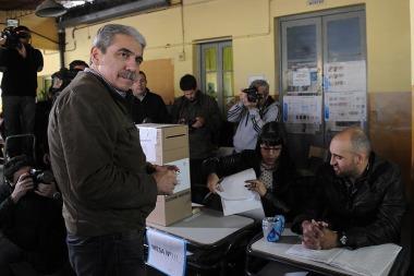 Aníbal Fernández votó temprano